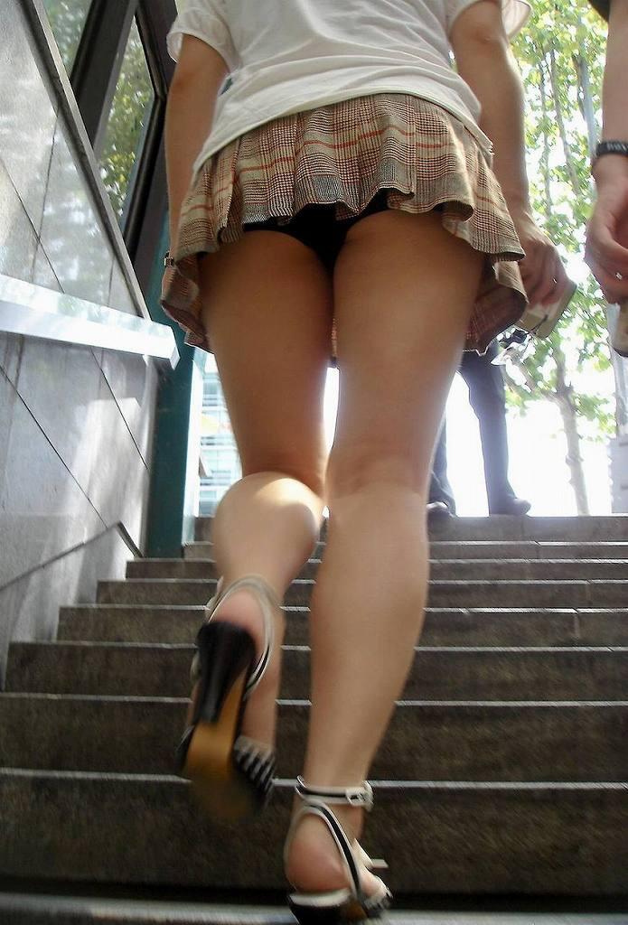 見上げるとスカートの中から下着がチラチラ (5)
