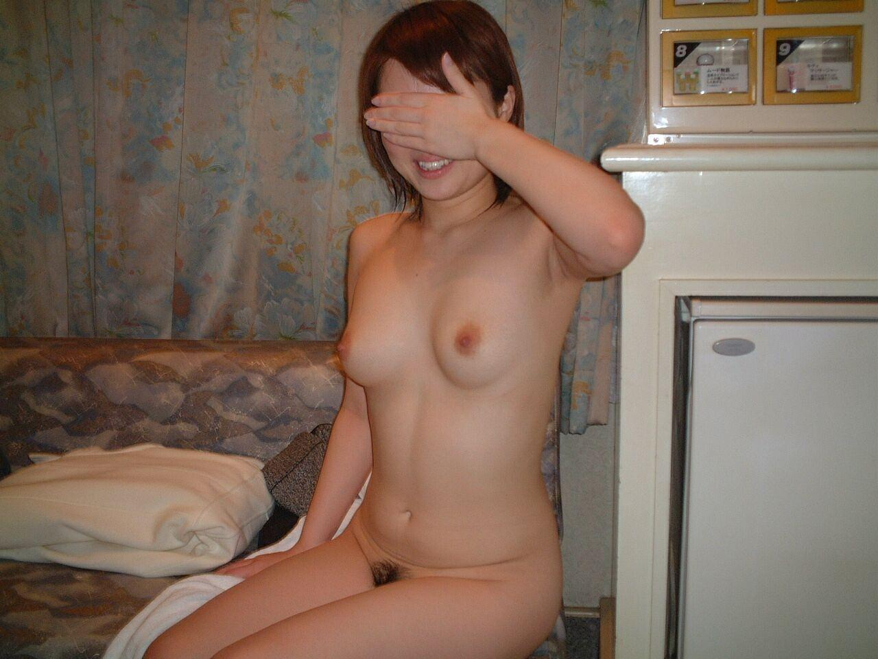 素っ裸になってる彼女を撮っちゃう彼氏 (6)