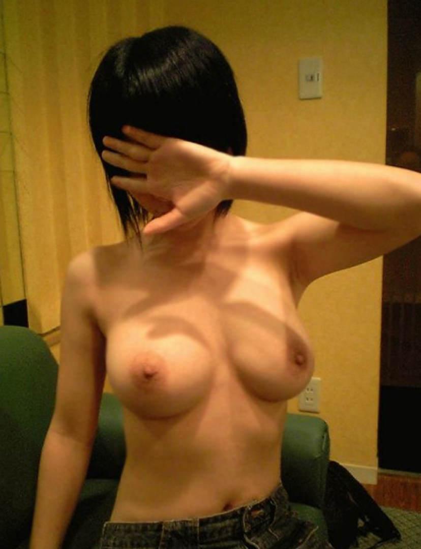 素っ裸になってる彼女を撮っちゃう彼氏 (9)