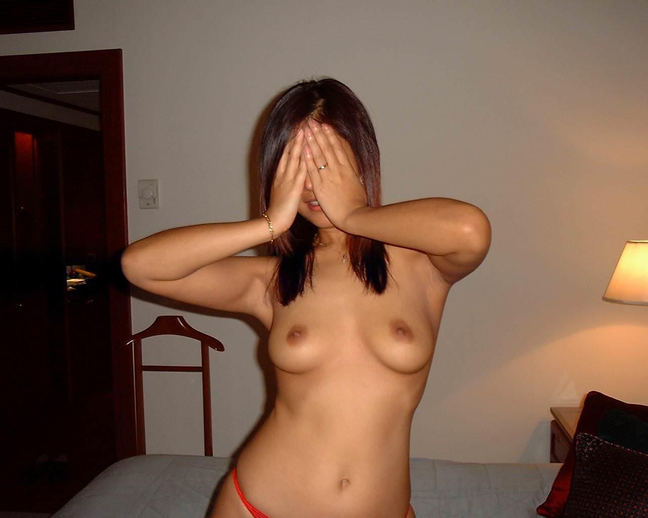 素っ裸になってる彼女を撮っちゃう彼氏 (4)