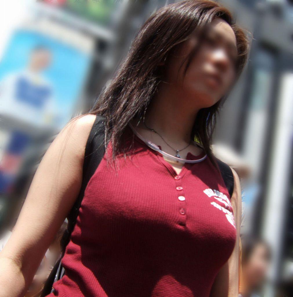 デカい乳房が注目を集めてる素人さん (3)