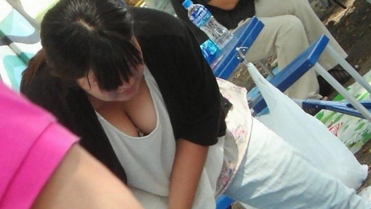 乳房や乳首が見え隠れしてる素人さん (10)