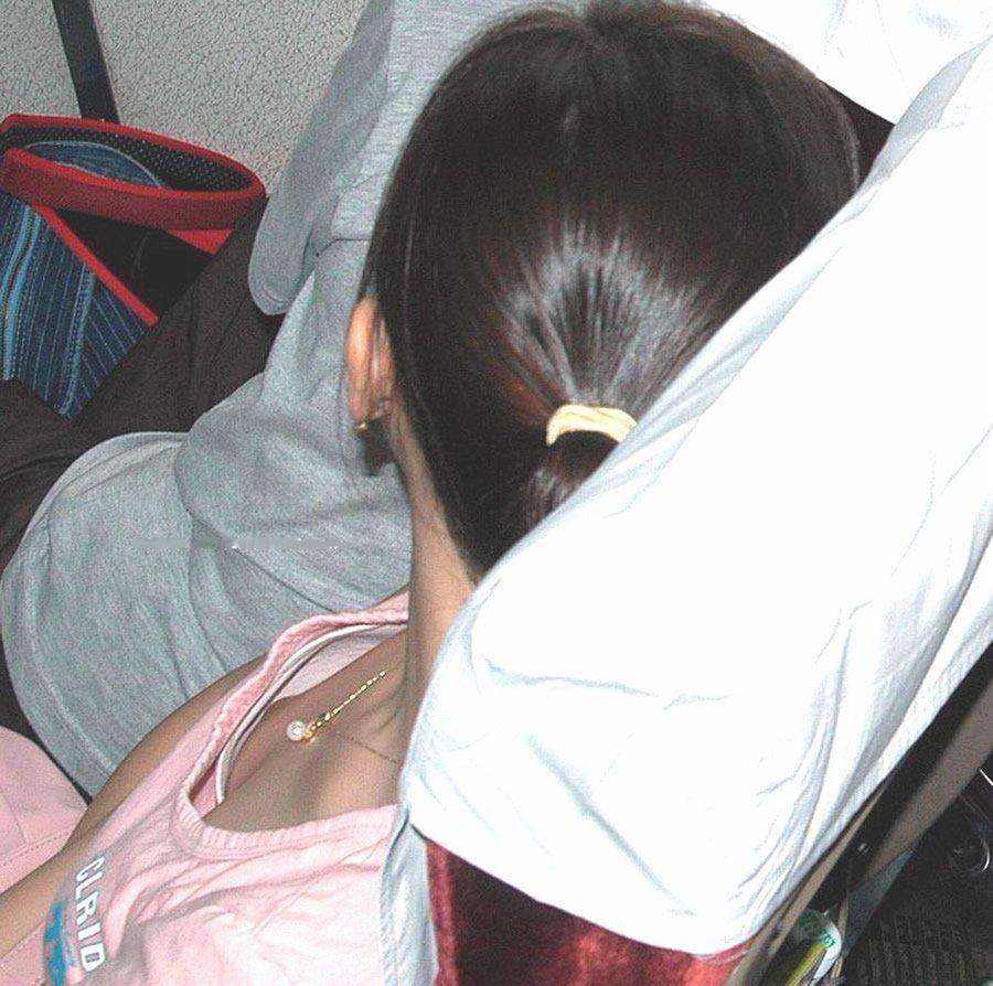 乳房や乳首が見え隠れしてる素人さん (14)