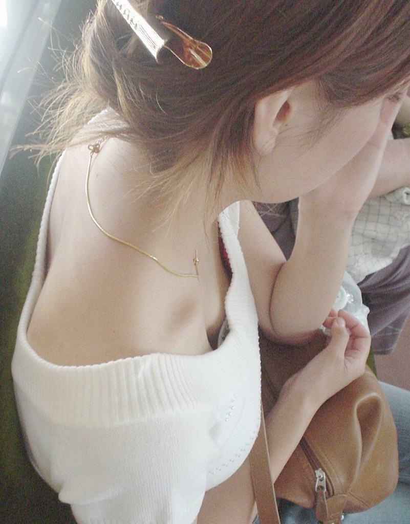 乳房や乳首が見え隠れしてる素人さん (16)