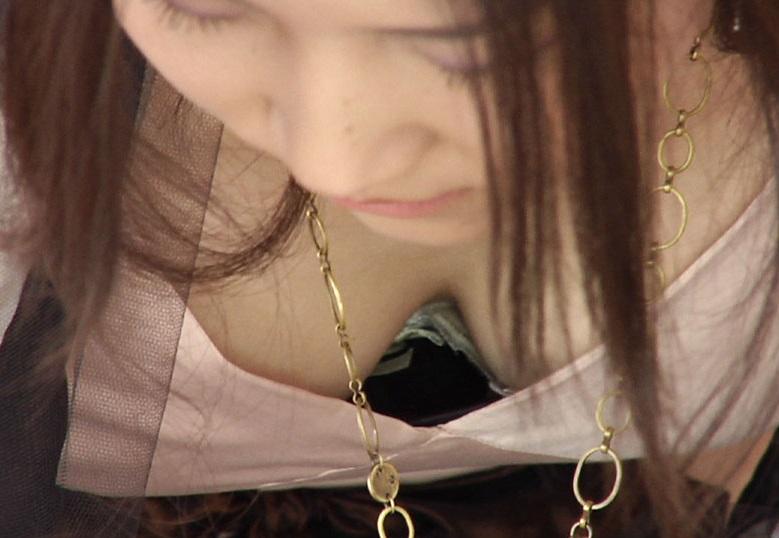 乳房や乳首が見え隠れしてる素人さん (8)