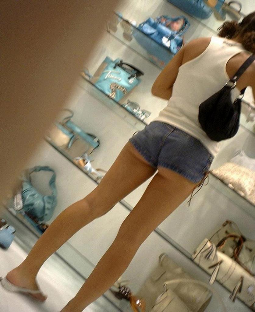 短いショートパンツから見える半ケツや美脚 (15)