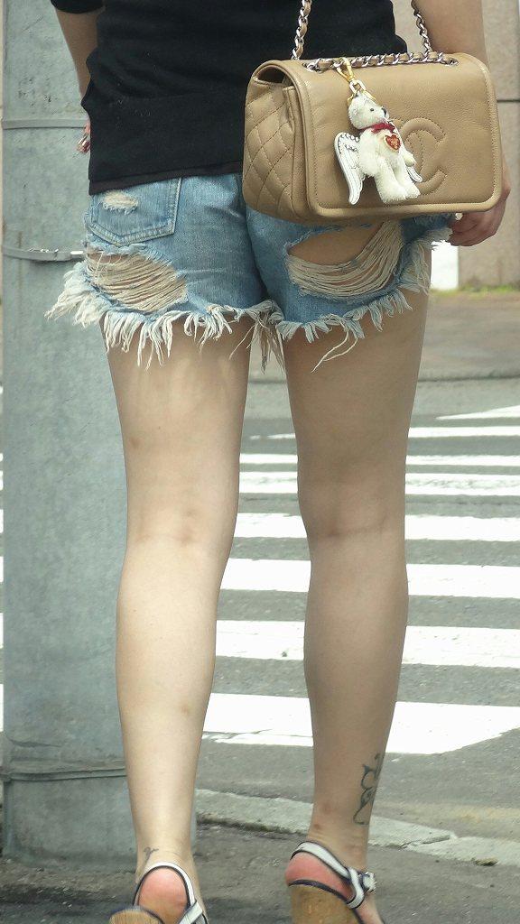 短いショートパンツから見える半ケツや美脚 (16)