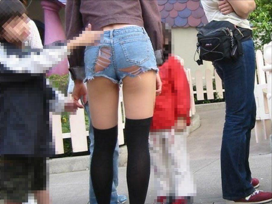 短いショートパンツから見える半ケツや美脚 (9)