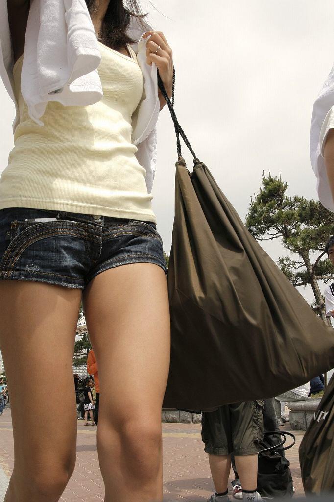短いショートパンツから見える半ケツや美脚 (17)
