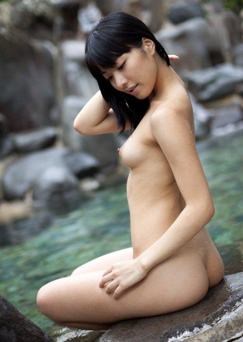 露天風呂にピッタリのヌード女性 (7)