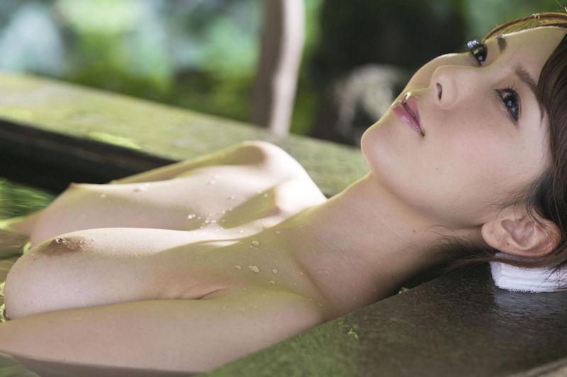 露天風呂にピッタリのヌード女性 (9)