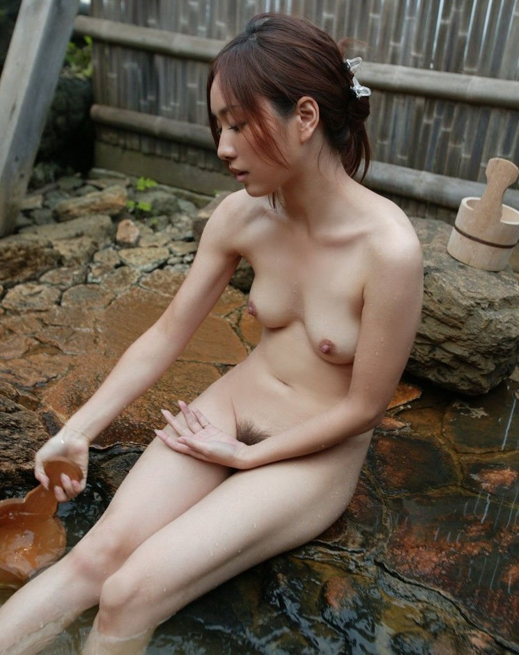 露天風呂にピッタリのヌード女性 (19)