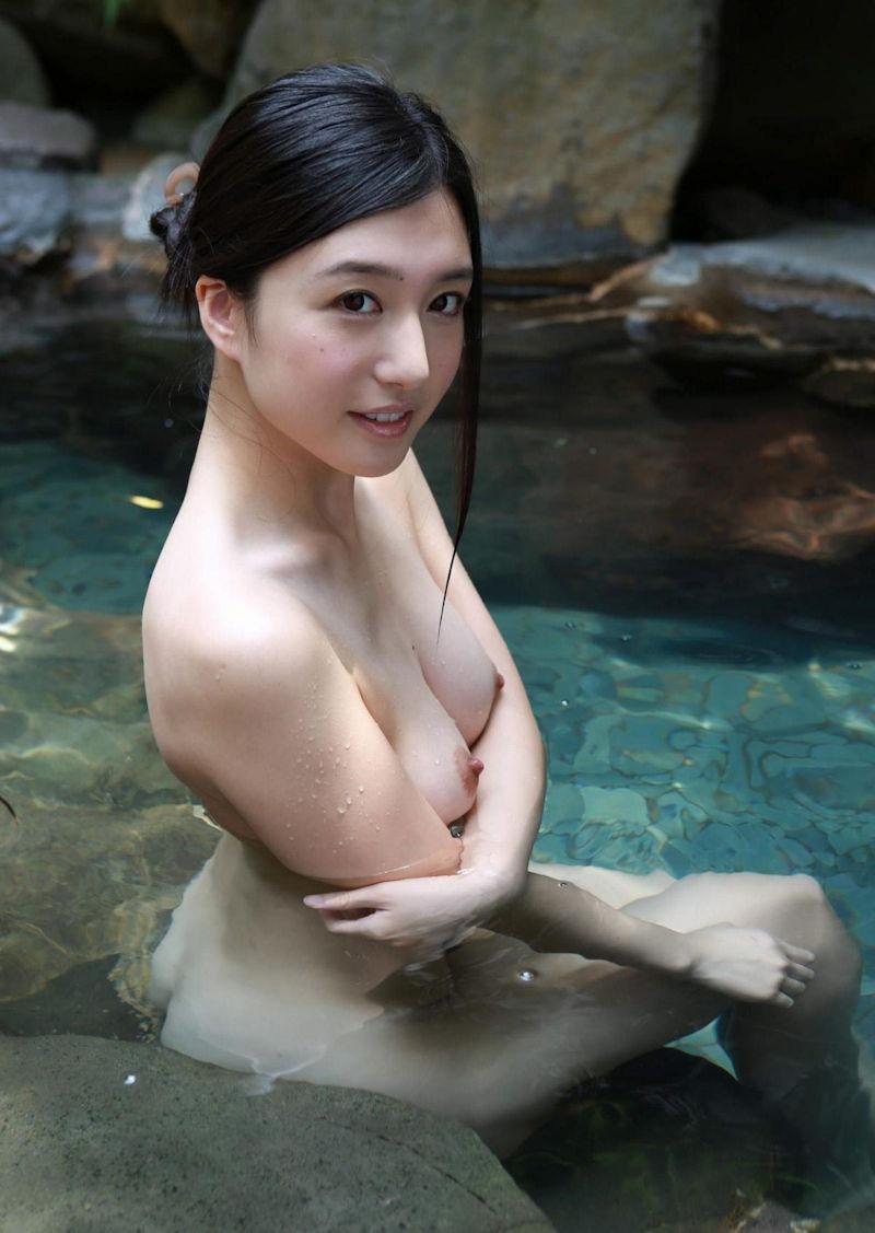 露天風呂にピッタリのヌード女性 (5)