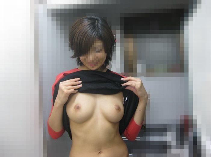 外出すると裸になっちゃう変態娘たち (8)