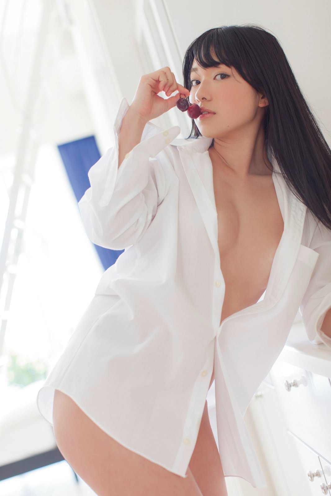 裸に白シャツという男の願望みたいな格好 (12)