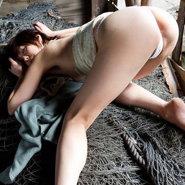 ケツをグイッと見せつける女の子 (1)