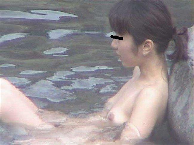 昼間から温泉に入る裸の素人さん (17)