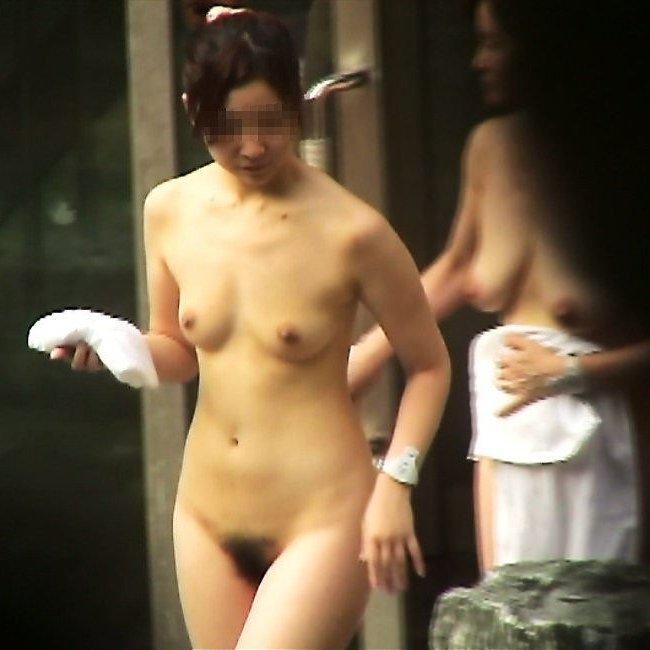 昼間から温泉に入る裸の素人さん (1)