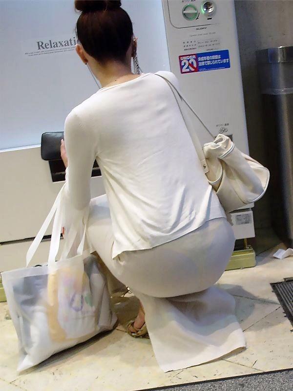 しっかり下着が透けて見えている尻 (3)
