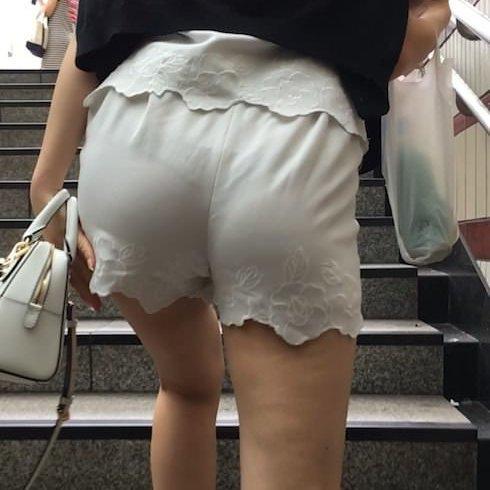 しっかり下着が透けて見えている尻 (1)