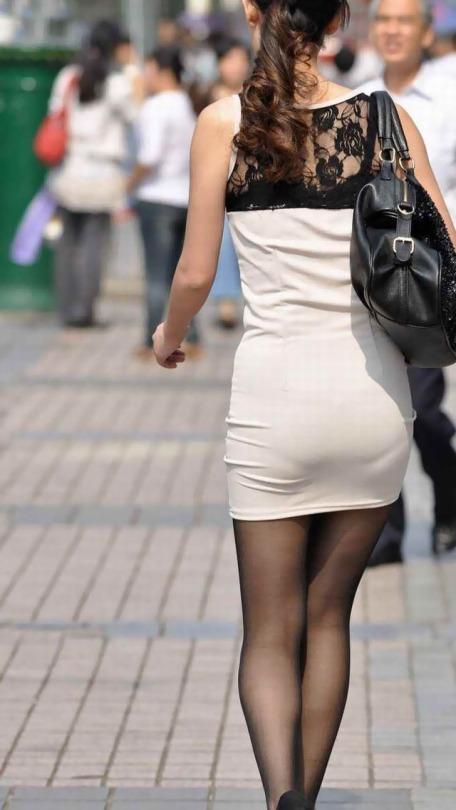 しっかり下着が透けて見えている尻 (7)