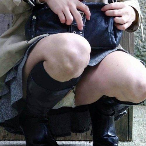 【パンチラ エロ画像】しゃがんだスカートから、パンツが丸見えになった素人女性たち