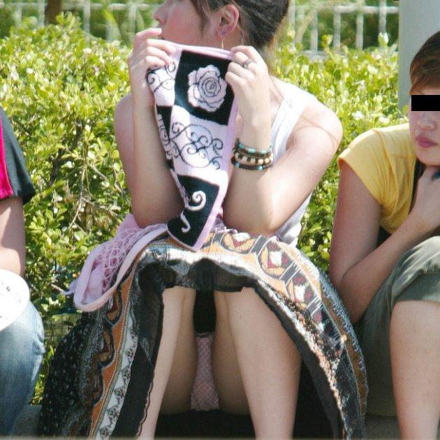 スカートの隙間から下着がチラ見え (1)