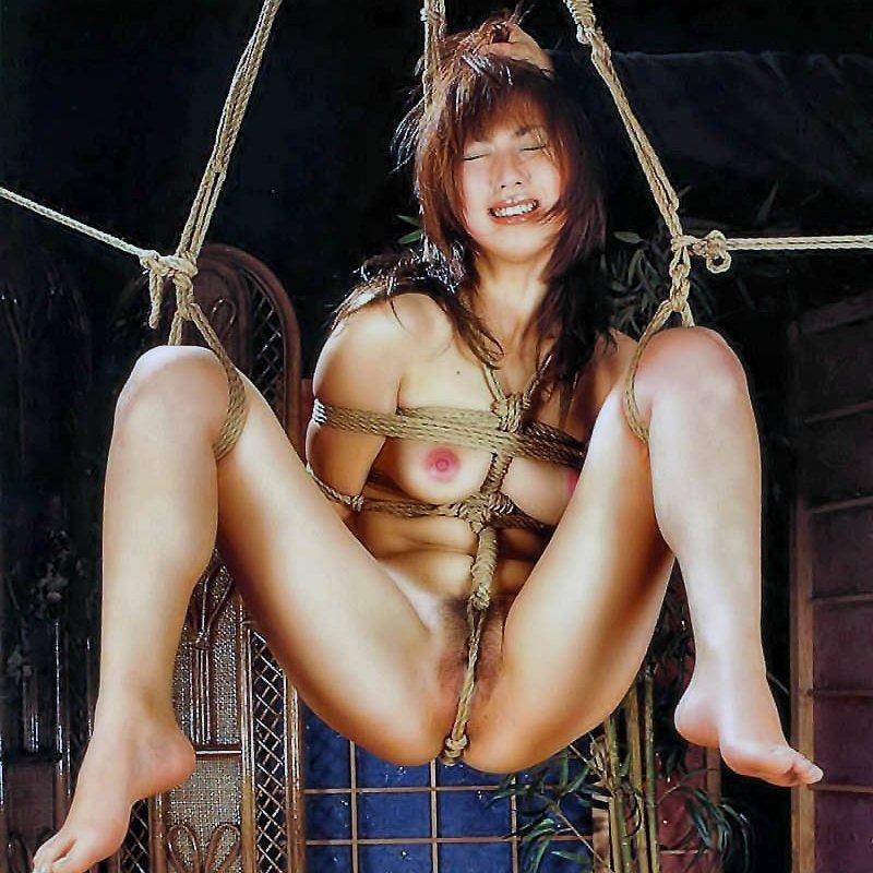 【緊縛ヌード エロ画像】裸で縛られている女性を見るとイタズラしたくなるね