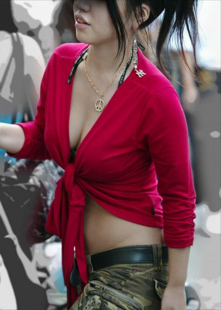 大きな乳房が服の上からでもハッキリ分かる (16)