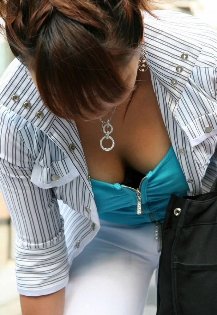 大きな乳房が服の上からでもハッキリ分かる (19)