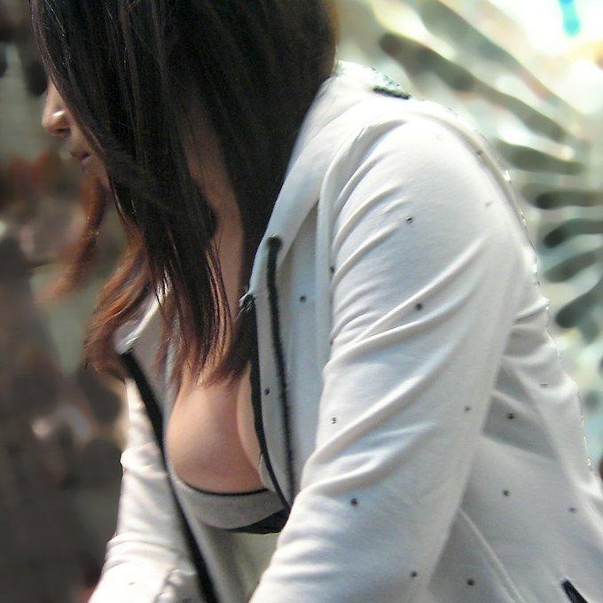 大きな乳房が服の上からでもハッキリ分かる (1)