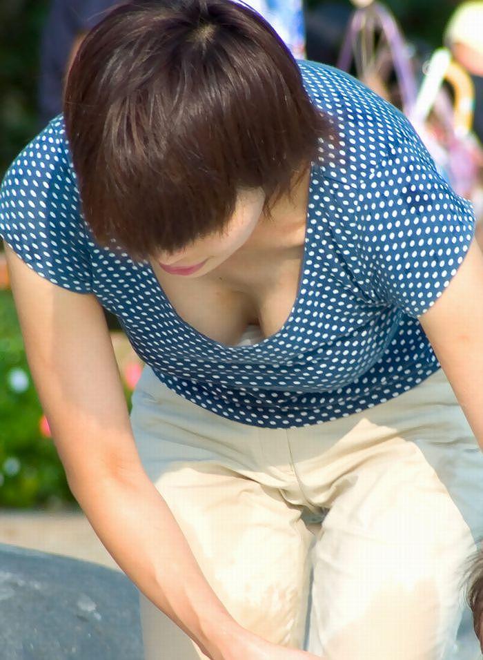 下着や乳房が見えてる女の子を街撮り (5)