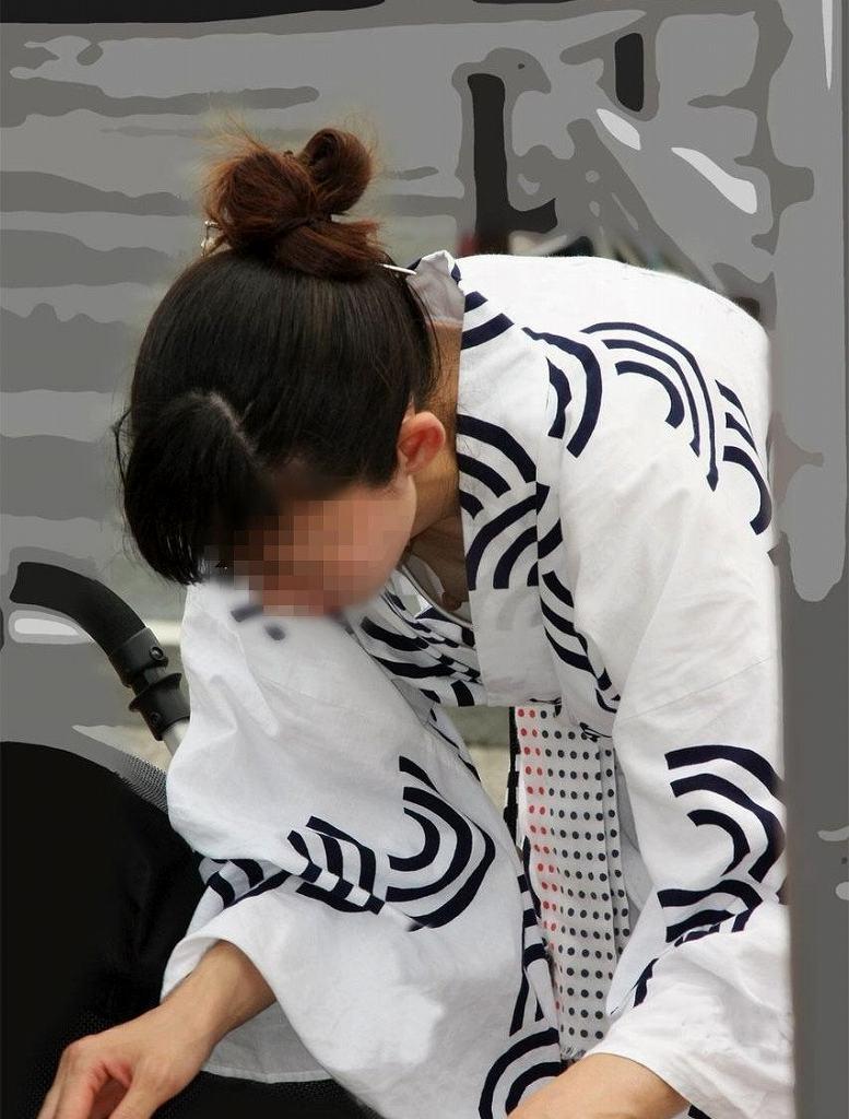 下着や乳房が見えてる女の子を街撮り (19)