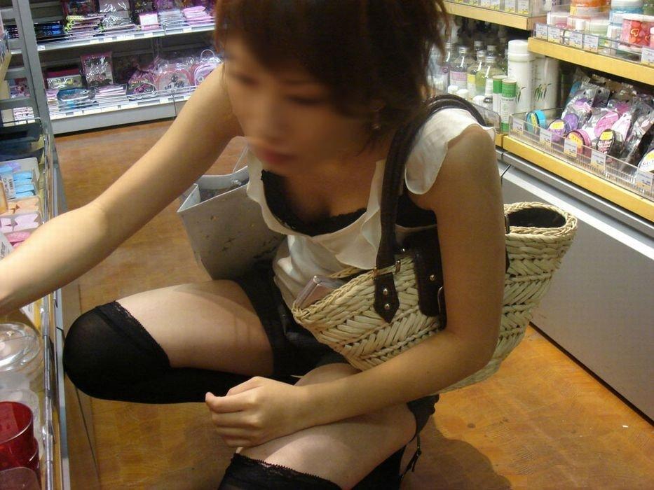 下着や乳房が見えてる女の子を街撮り (11)