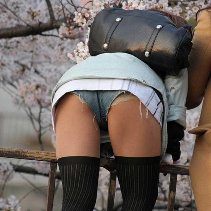 ショートパンツから下着やケツが見えてる (7)