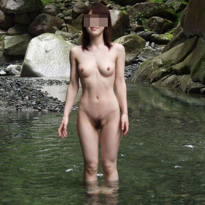 【温泉エロ画像】露天風呂に全裸で入浴中の女友達を記念撮影しちゃった