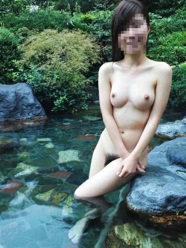 真っ裸で温泉に入る素人さん (15)