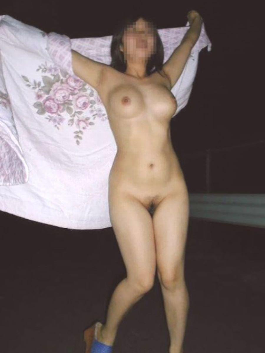 屋外で真っ裸になっちゃう素人さん (16)