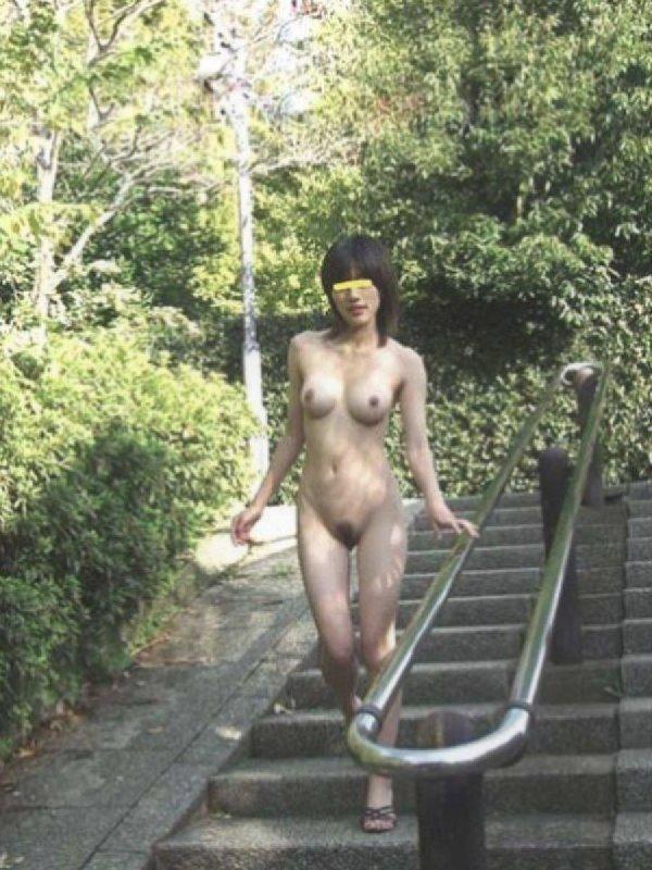 屋外で真っ裸になっちゃう素人さん (13)
