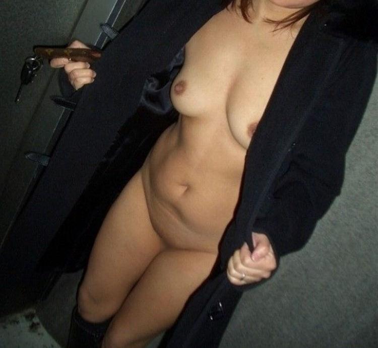 服を脱いでヌードになっちゃう変態さん (11)