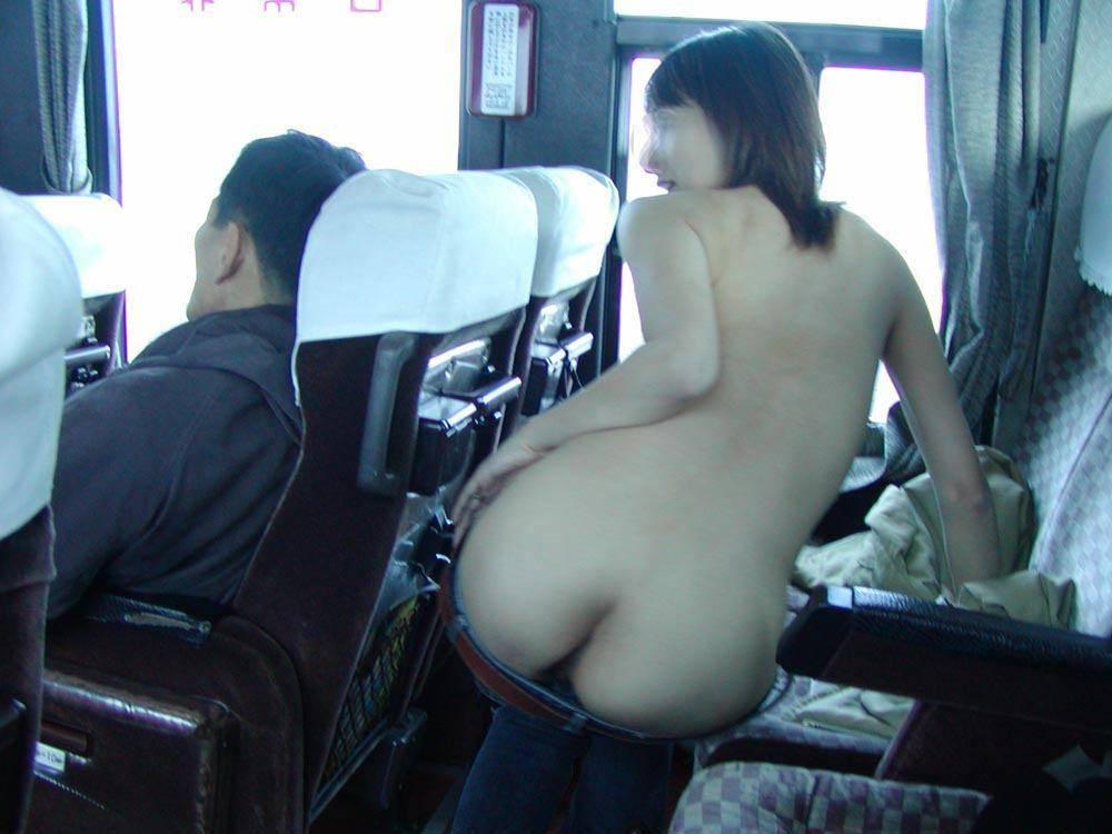 屋外で全裸になってしまう素人さん (3)