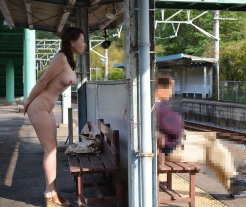 屋外で全裸になってしまう素人さん (7)