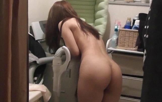 自宅で裸になる素人さんを撮影 (3)