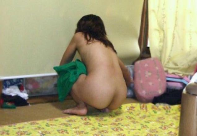 自宅で裸になる素人さんを撮影 (8)