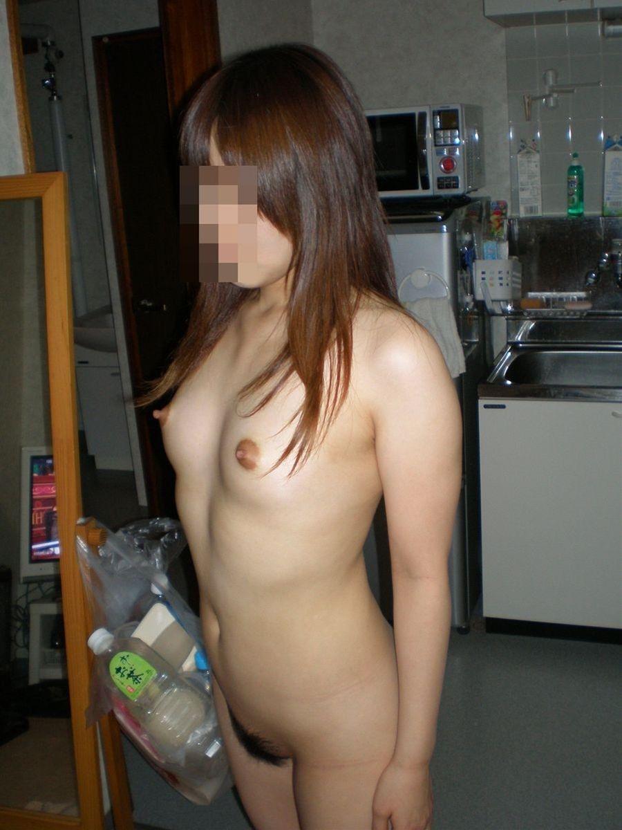 無防備に裸で過ごしている素人さん (17)
