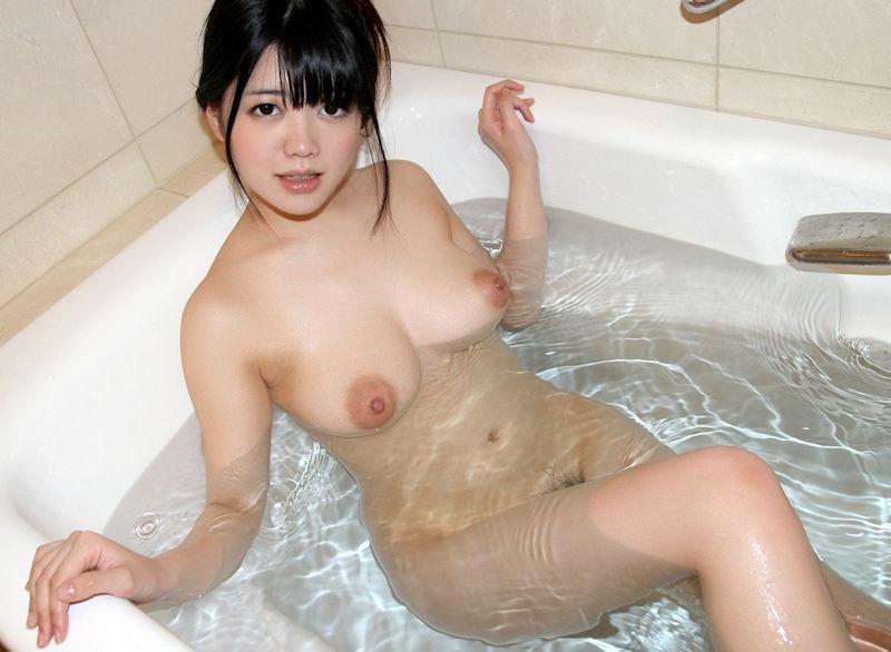 ぷっくり乳輪のヌード女性 (9)