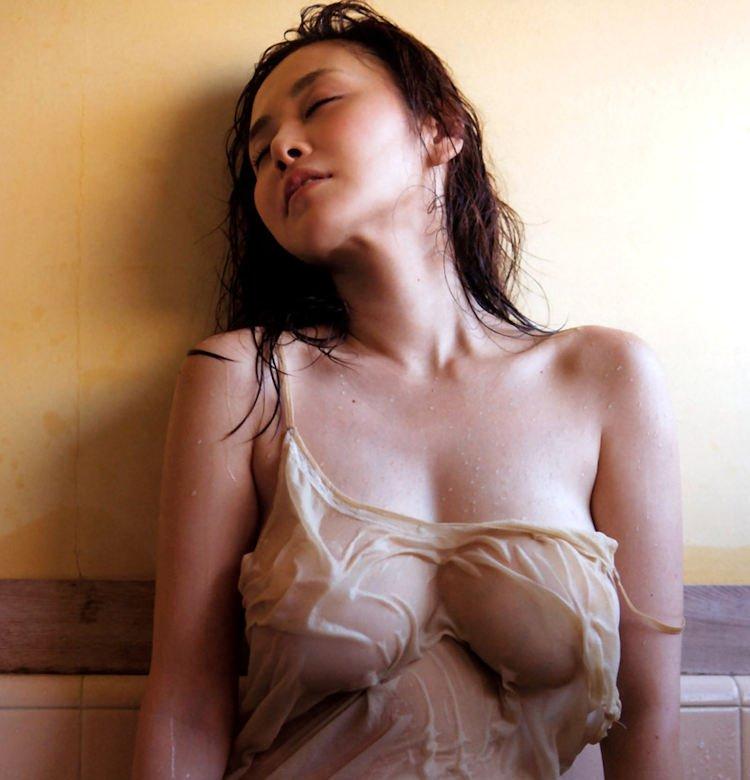 【透け乳首エロ画像】服や下着を濡らしたら、おっぱいや股間が透けちゃった娘たち