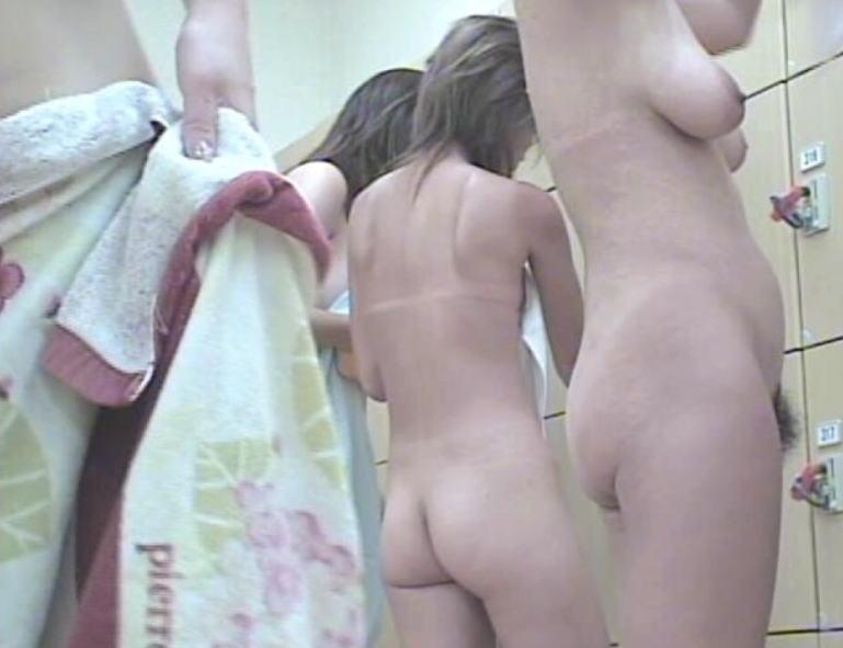 女湯で脱衣中の素人さん (2)