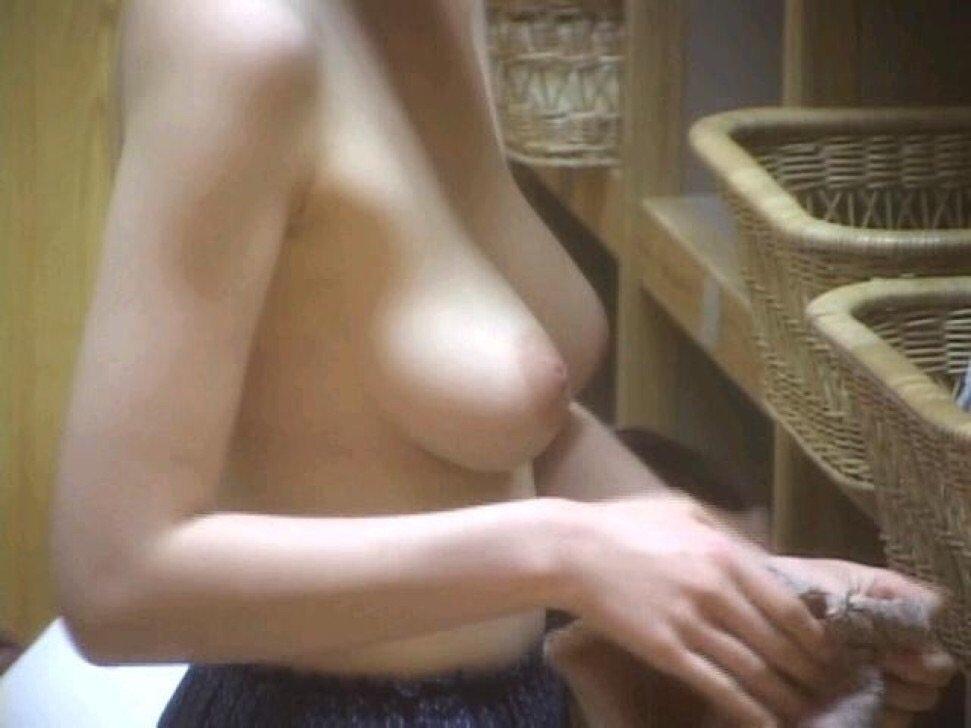 女湯で脱衣中の素人さん (16)