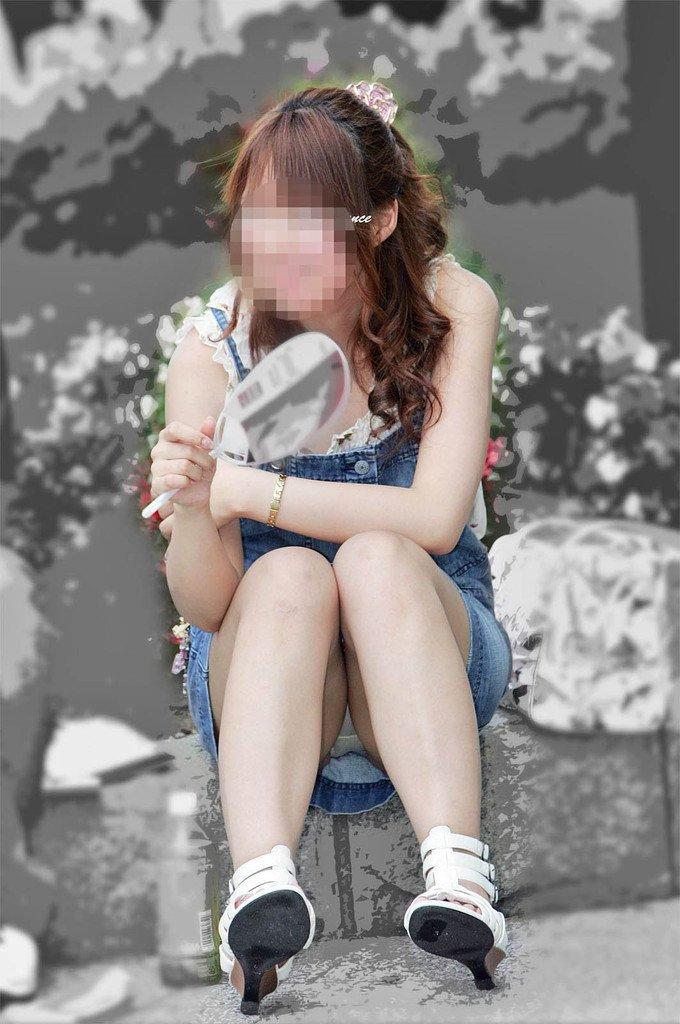 スカートからパンツが丸見えな素人さん (16)